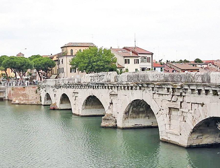 پل قدیمی تیبریوس در ریمینی در ایتالیا