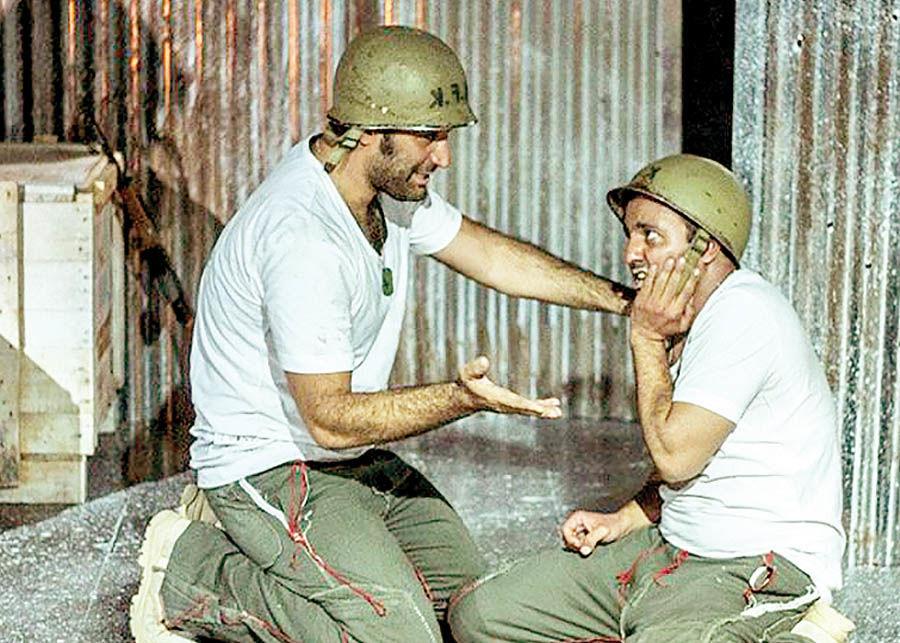 نمایش کمدی ضد جنگ روی صحنه
