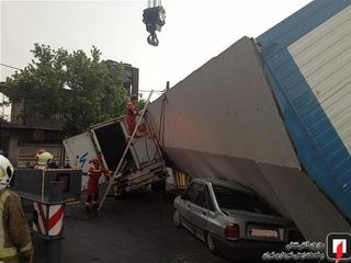 سقوط کانکس از ارتفاع ۴ متری روی ۲ خودرو
