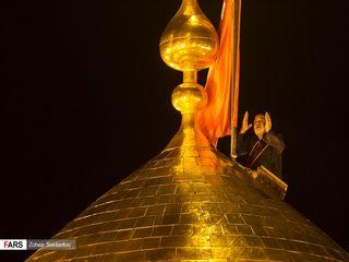 تعویض پرچم گنبد حرم مطهر امام حسین(ع) در کربلا