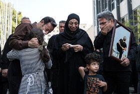 همسر و فرزندان مهدی شادمانی در مراسم تشییع