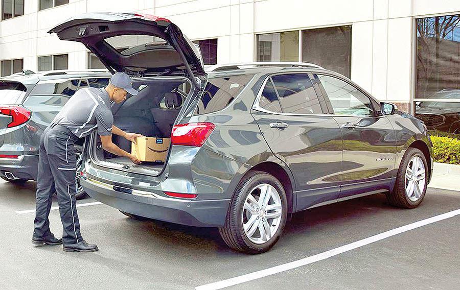 تحویل بستههای آمازون در صندوق عقب خودرو