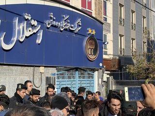 تصاویر   تجمع اعتراضی هواداران مقابل باشگاه استقلال
