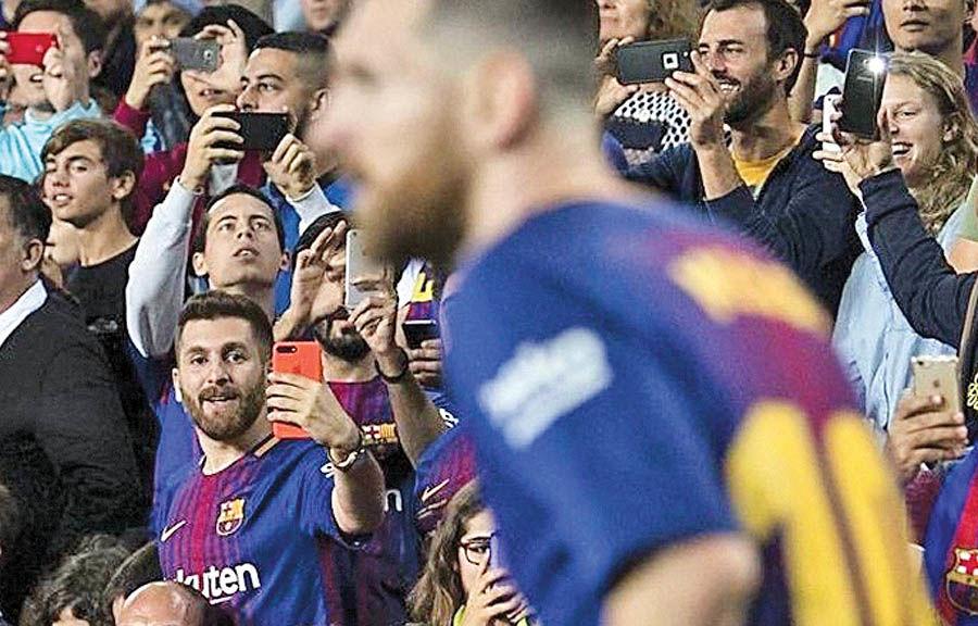 استقبال مردم بارسلونا از بدل مسی