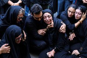 همسر و خانواده مهدی شادمانی در مراسم تشییع